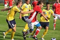 Benešovský Petr Havlín (v červeném) se ocitl v obležení jihlavských hráčů Zdeňka Kučery (č. 2) a Robina Demetera (vpravo).