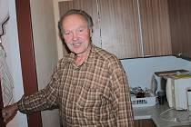 Starosta SDH Heřmaničky Ladislav Sova potřebuje tepelně izolovat garáž s Avií.