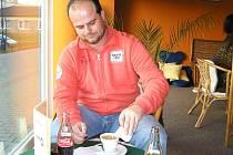 Vlašimský trenér Roman Nádvorník poskytl rozhovor Benešovskému deníku v cafe baru.
