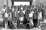 Dvanáctiletí školáci ze třídy 6. B týnecké základní školy takto zapózovali v červnu roku 1971.