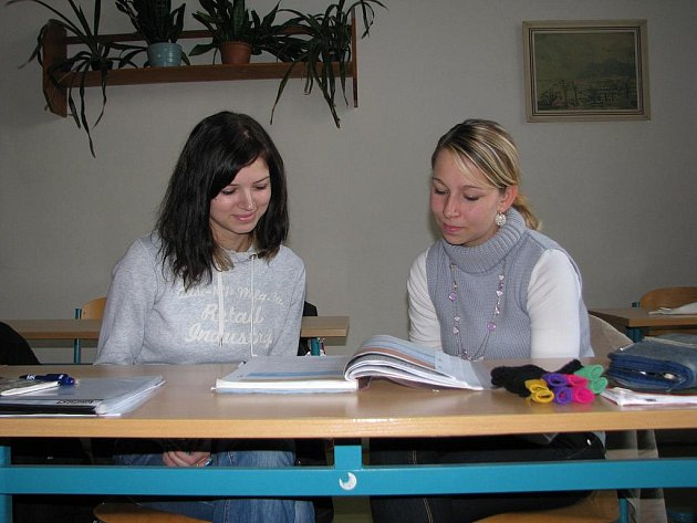 Studentky SŠEOS maturitního oboru kosmetička při hodině angličtiny.