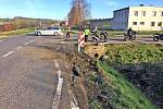 Křižovatka silnic 11 a 112 u Struhařova je místech častých dopravních nehod. Ta na snímku, kdy motocykl narazil do druhého a pak do mostku, se stala na začátku dubna. Kraj hodlá místo klasického křížení postavit bezpečnější, kruhové.