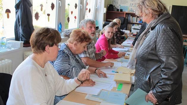 Volební komisařka Jitka Skružná při práci (druhá zleva).