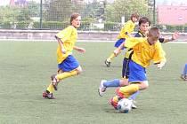 Benešovští mladší žáci (u míče Ladislav Dvořák) si výhrou nad Mělníkem zajistili první místo v krajském přeboru.