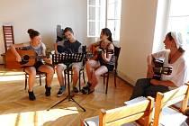 Krásnou atmosféru vytvořili členové zájmových kroužků Domu dětí a mládeže Benešov při společném závěrečném koncertu pěveckého sboru a kytary.