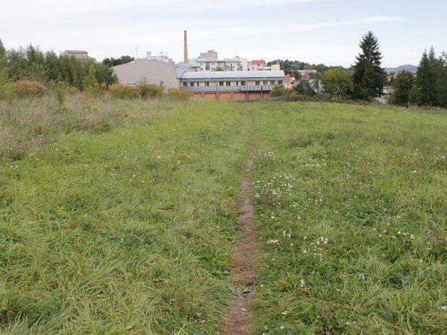 Pozemek, který město koupilo.