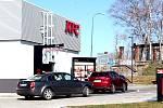 Parkoviště u KFC v Benešově.