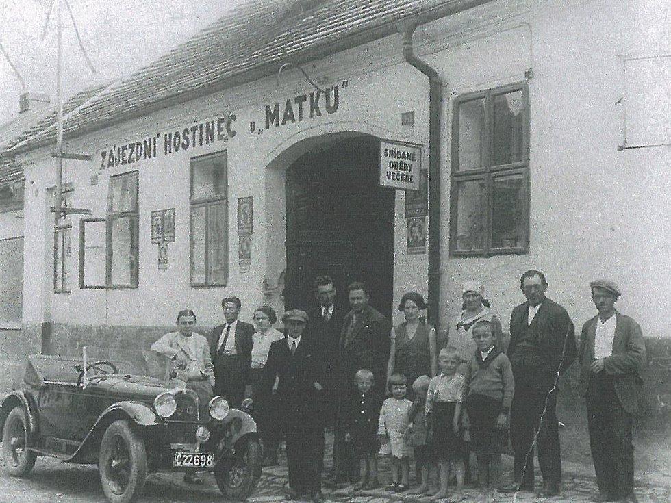 Zájezdní hostinec U Matků v Pražské ulici (nad současnou lékárnou) v Benešově. Fotka pochází z roku 1930.