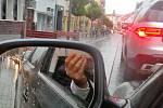 Pohled před auto a do zpětného zrcátka v benešovské Tyršově ulici. Nový školní rok přinesl do ulic města dlouhé kolony aut.