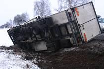 Od konce 80. let, kdy byl dokončený most silnice I/3 přes trať u zastávky Tomice, se v napojení nové přeložky na původní komunikaci staly desítky nehod, často s tragickými následky.