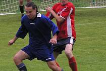 Na kondrackého Martina Skalického (v modrém) dotíral olbramovický Vladimír Slepička.