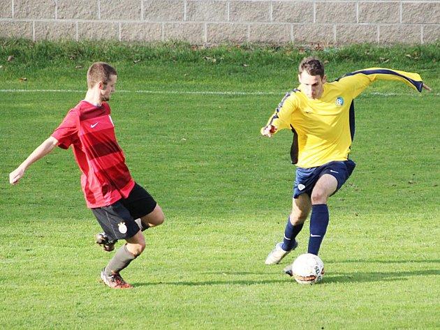 Záložník Divišova Jan Vondrák (ve žlutém) se proti průhonické obraně gólově neprosadil.
