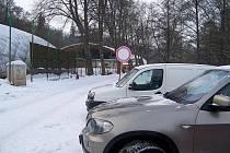 Vlašimský zimní stadion je kousek od parkoviště, kde si zloděj vybíral z osmi automobilů.