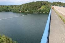 Na Želivce je při opravě mostu, kvůli bezpečnosti, také stálá norná stěna.