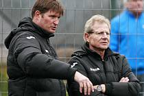 Vlastimil Petržela (vpravo) sleduje s Tomášem Bernady, vedoucím mužstva a bývalým brankářem, první trénink fotbalistů Baníku Ostrava na umělé trávě v Orlové.