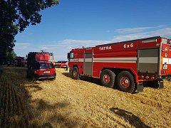 Požár pole u Mokré Lhoty zaměstnal tři jednotky hasičů. Ohrožený byl i blízký les.