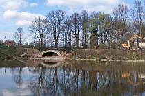 Oprava mostu hráze rybníku Valcha u Borovnice potrvá do konce července. Objížďka pro osobní auta, zásobování a autobusy vede přes Borovnici. Nákladní doprava je do Čechtic směrovaná přes Pravonín, opačný směr Vlašim jezdí přes Křivsoudov.