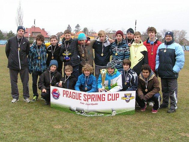 Z bronzu a pěkného poháru se radovali starší žáci Benešova U15 na čtvrtém ročníku mezinárodního turnaje Praga Spring Cup, který pořádala italská agentura na pražských hřištích.