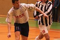 Futsalisté se dostali do poloviny soutěže. V zápase Tempa s Olbramovicemi nestačily ani tři asistence Pavla Sisla (vlevo) k bodům. Naopak Martin Kára, autor hattricku se po utkání smál