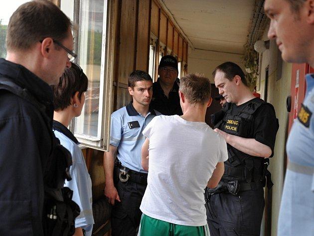 Kontrola policistů, celníků a úředníků na ubytovně.