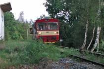 Motorový vlak v nejvyšším místě tratě Olbramovice - Sedlčany na zastávce Minártice 495 m.n.m.