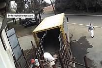 Záběr z videozáznamu, jak pracovníci jatek ve Všeticích zacházejí se zvířaty.