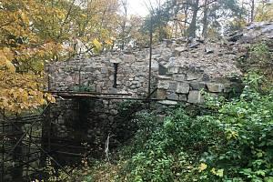 Zřícenina hradu Zlenice lidově zvaného Hláska.