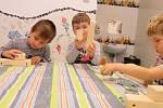 Děti z Mateřské školy MiniSvět v Mrači při sestavování autíček.