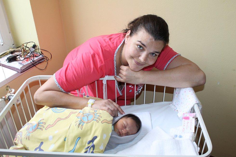 Lenka Hrušková a Michal Dvořák jsou od 20. března šťastní díky malé Rozálii. Holčička po narození v 15.43 měla 3670 gramů a 49 centimetrů. Prvorozenou dcerku si rodiče odvezou domů do Mrače.