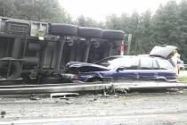 Převrácený kamion s briketami blokoval na dálnici D1 oba levé jízdní pruhy.