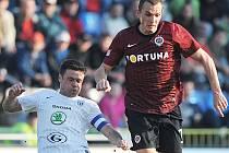 Peter Grajciar (v dresu Sparty Praha v souboji s Markem Kuličem) přišel po operaci kolena pomoci Vlašimi i sobě.