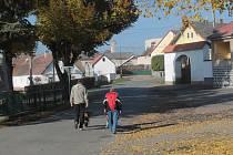 Z křečovické navsi povede objížďka od Sedlčan přes Krchleby a Břevnice do Neveklova a opačně.