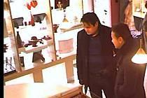 Neznámí pachatelé, zjevně cizí národnosti, ukradli ve zlatnictví v Tyršově ulici plata se šperky a hodinkami.