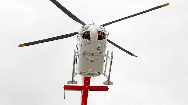 Pro zraněného přiletěl vrtulník.