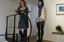 Vernisáž děl japonské malířky Kaoru Ishidy (vpravo) si nenechalo ujít několik desítek lidí.