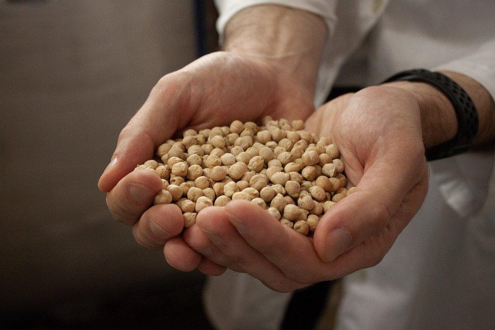 Důležitou součástí výroby je důkladná kontrola kvality cizrny.