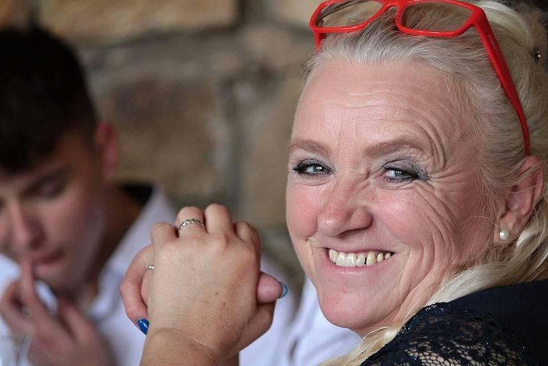Svatební hostina novomanželů Michala a Světlany Šulcových se konala v jeden okamžik na dvou místech vzdálených od sebe přes dva tisíce kilometrů. Maminka Jitka se při hostině už jen usmívala. Slzy dojetí už vyplakala.