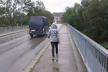 Most přes Sázavu v Čerčanech využívají vedle motoristů i chodci.