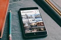 Instagramový profil @VisitCentralBohemia v mobilním telefonu.