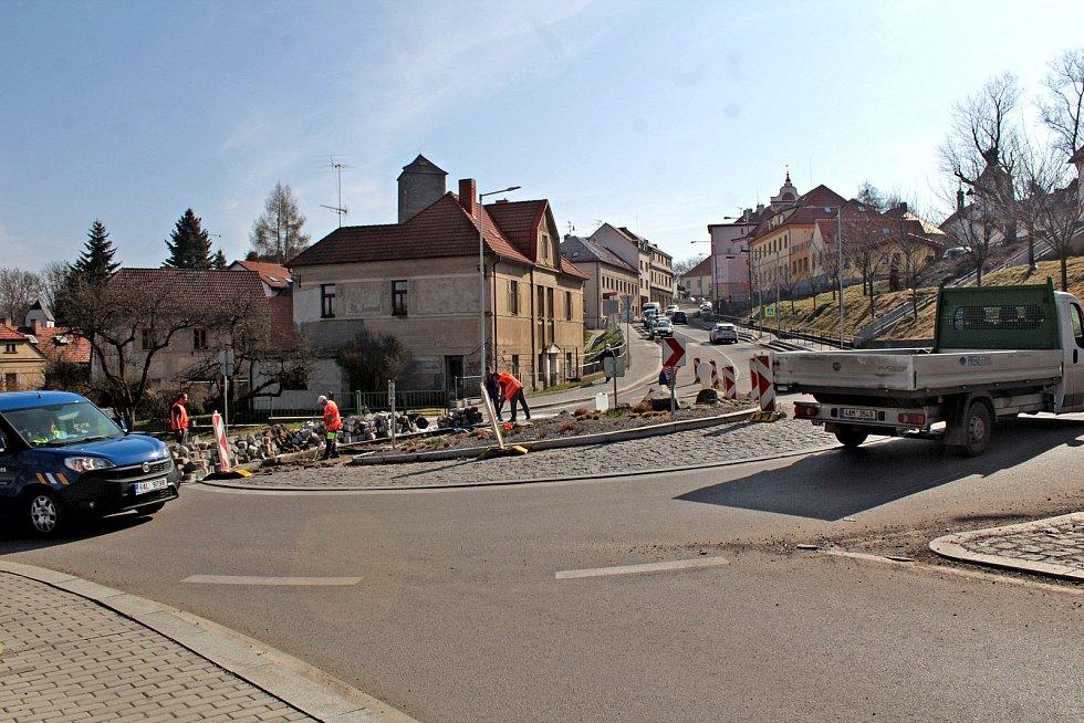 Oprava okružní křižovatky v Týnci nad Sázavou.