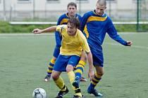 Luboš Balata (vpředu) z Benešova si v zápase staršího dorostu kryje míč před neratovickým hráčem.