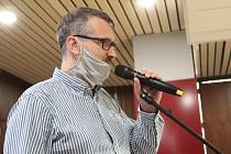 Václav Pošmurný při obhajobě činnosti obecně prospěšné společnosti Posázaví v rámci diskuse o příspěvku města.