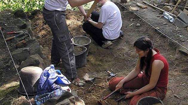 Léto na hradě tráví i studenti archeologové