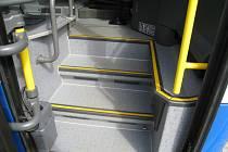 Schody v autobuse bez rohožky