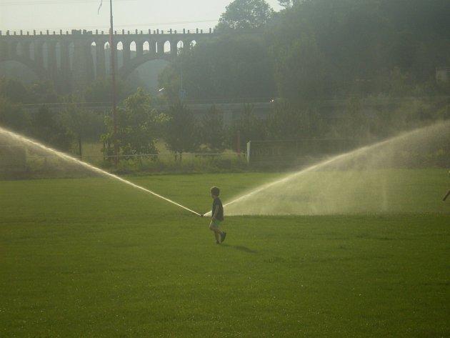 Na hřišti v Krnsku mají nový zavlažovací systém