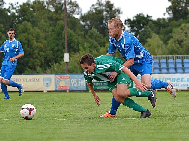 Ze zápasu s Meteorem Praha si Jan Jícha (v modrém) odnesl lehčí výron v kotník, v současné době ale nemůže hrát kvůli bolesti nártní kůstky na druhé noze.