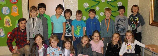 Žáci jižní třídy Montessori ze ZŠ Sídliště zVlašimi sasistentem Stevenem Volfem.
