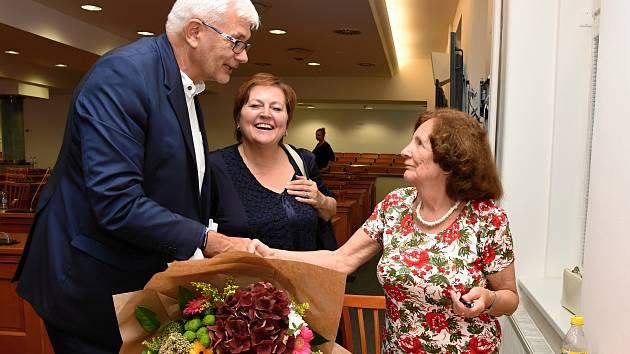 Předáním kytice k oslavě kulatin vyvrcholilo v pondělí večer celodenní jednání středočeských zastupitelů. Pugét převzala Eva Jaklová, která slaví 80. narozeniny.