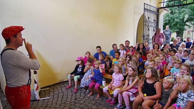 Představení Zvířátka a loupežníci v podání divadla Kapsa Andělská hora na vlašimském zámku.