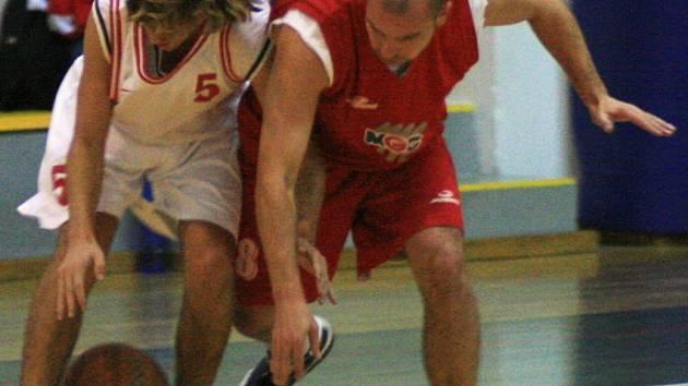 Jedenáctibodový střelec céčka Benešova Jakub Vondráček (vlevo) v překvapivě vítězném zápase